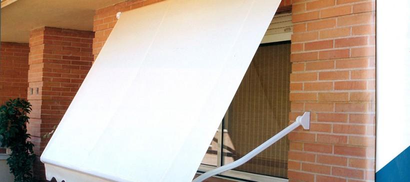 Cómo instalar un toldo de pared con anclajes metálicos